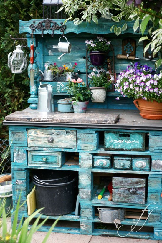 l 39 arte del riciclo arredare un giardino in stile shabby. Black Bedroom Furniture Sets. Home Design Ideas