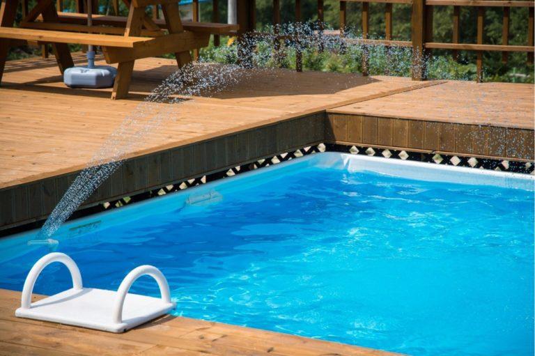Come scegliere gli accessori per piscine in un giardino vintage