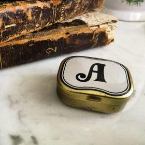 Piccola scatola metallo oro con lettera A vintage con chiusura