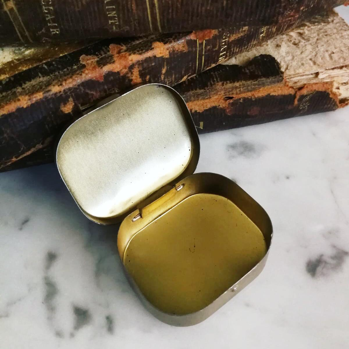 Piccola scatola metallo oro con lettera A vintage