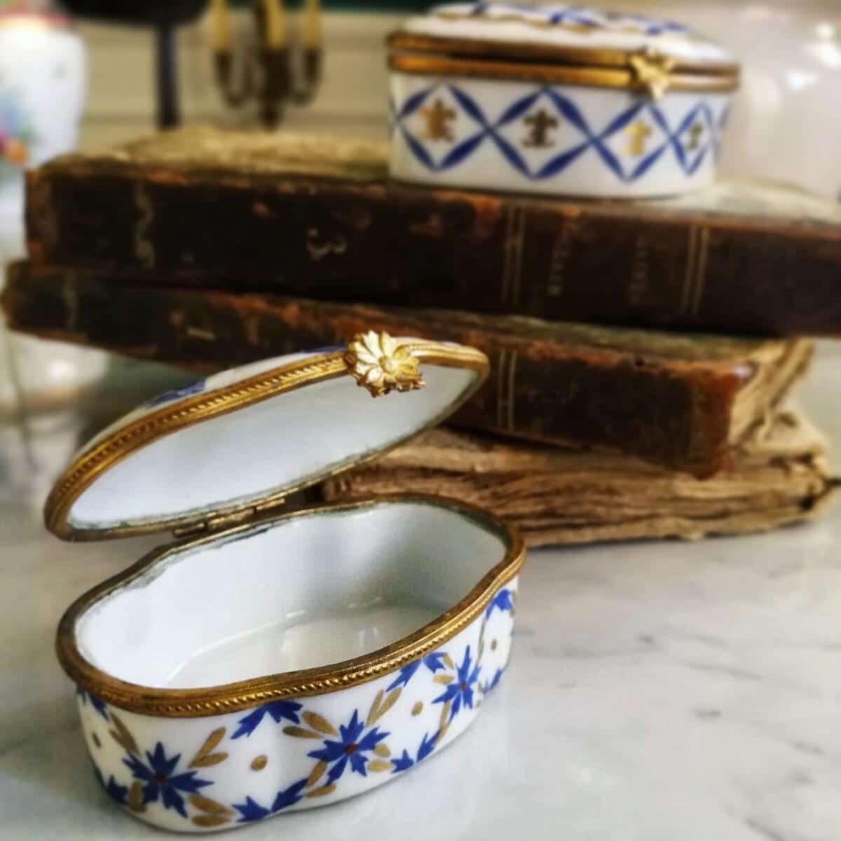 purissima porcellana francese Scatola Cerniera decori floreali bluette lucida con oro e fiori