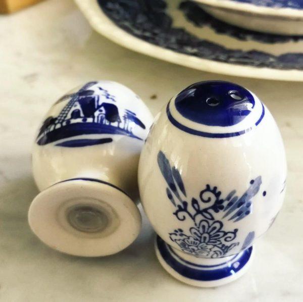 sale e pepe ceramica bianca e blu