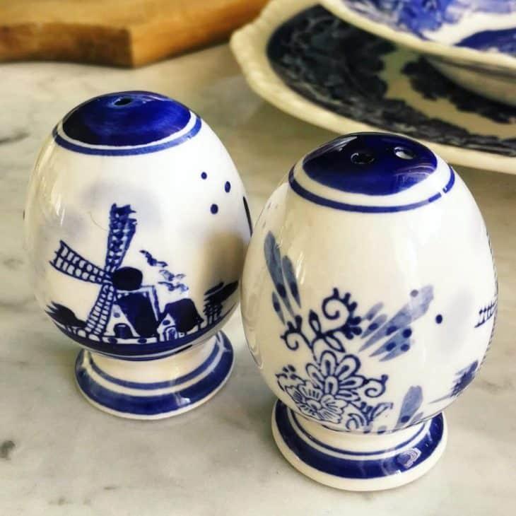 sale e pepe ceramica bianca e decori blu