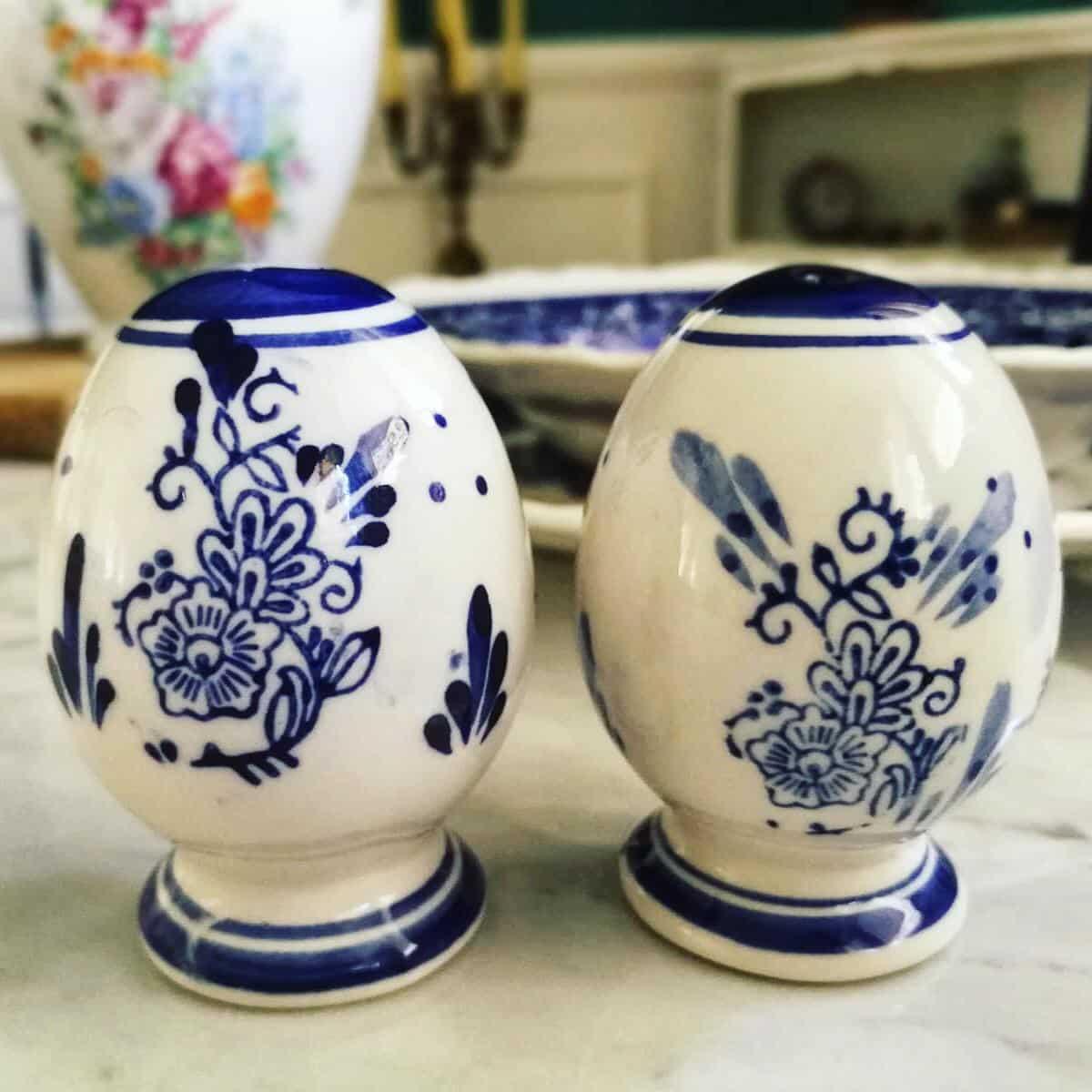 sale e pepe ceramica bianca e decori blu vintage