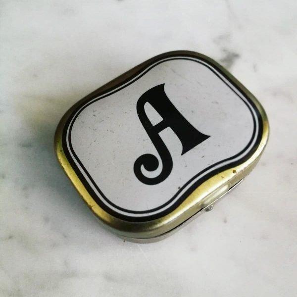 vintage Piccola scatola metallo oro con lettera A