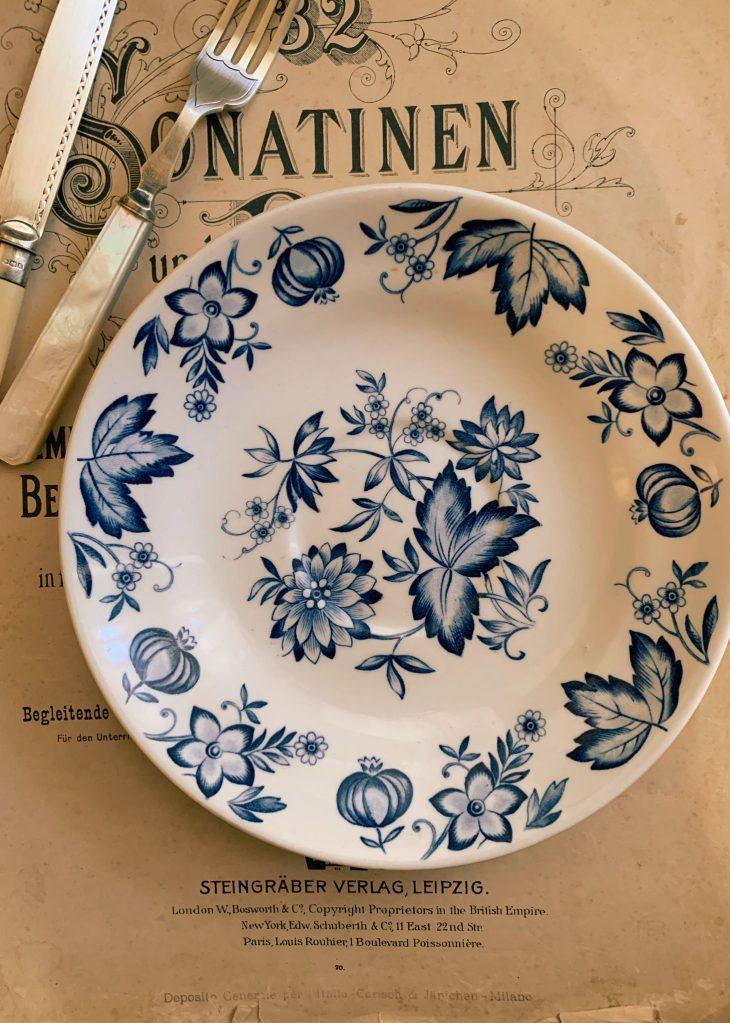 acquistare piatto vintage in porcellana bianca con motivo floreale blu. Realizzato dalla rinomata manifattura inglese Johnson Bros